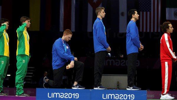 Juegos Panamericanos: el esgrimista estadounidense que se arrodilló en el podio para protestar contra la xenofobia y contra Trump